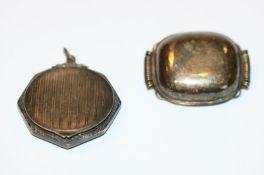 Silber Anhänger-Puderdose, aufklappbar, D 3,6 cm, und Silber Brosche, B 4 cm