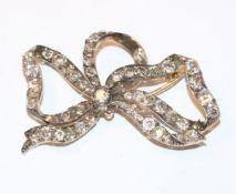 Dekorative 14 k Gelbgold Brosche in Schleifenform mit ca. 8 ct. Diamanten, 19. Jahrhundert,