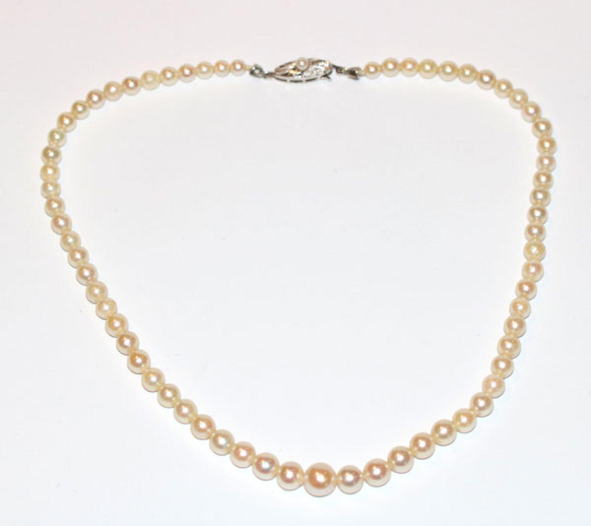 Perlenkette in Verlaufform mit 14 k Weißgold Schließe, L 36 cm