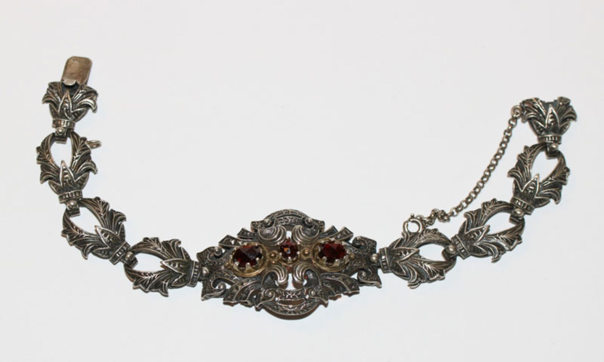 Silber Trachten-Armband mit Reliefdekor, Mittelteil mit 3 Granaten, L 17 cm