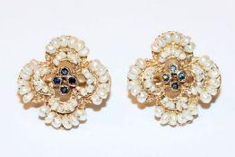 Paar dekorative 12 k (0,500 Gold) Ohrstecker mit je 4 Safiren und kleinen Perlchen, schöne