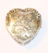 Herzdose mit reliefiertem Puttendekor, 800 Silber, 4,5 cm x 4,5 cm