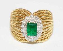 Ausgefallener 18 k Gelbgold Ring mit in Weißgold gefaßtem Smaragd, gesprungen und 14 Diamanten,