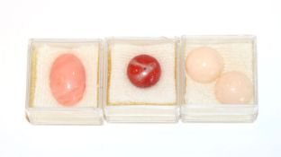 4 lose Korallen: Moro Koralle, 2,0 gr., ovale Engelhaut Koralle, 2,65 gr., und 2 rosa Cab. rd.