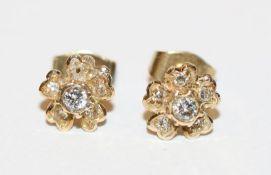 Paar 14 k Gelbgold Ohrstecker in Blütenform mit Diamanten, 1 Stein fehlt