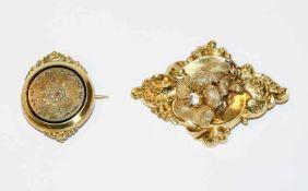 2 Doublé Broschen, eine mit Reliefdekor, B 6 cm, eine mit Gravur- und Email-Dekor, D 3,5 cm, 19.