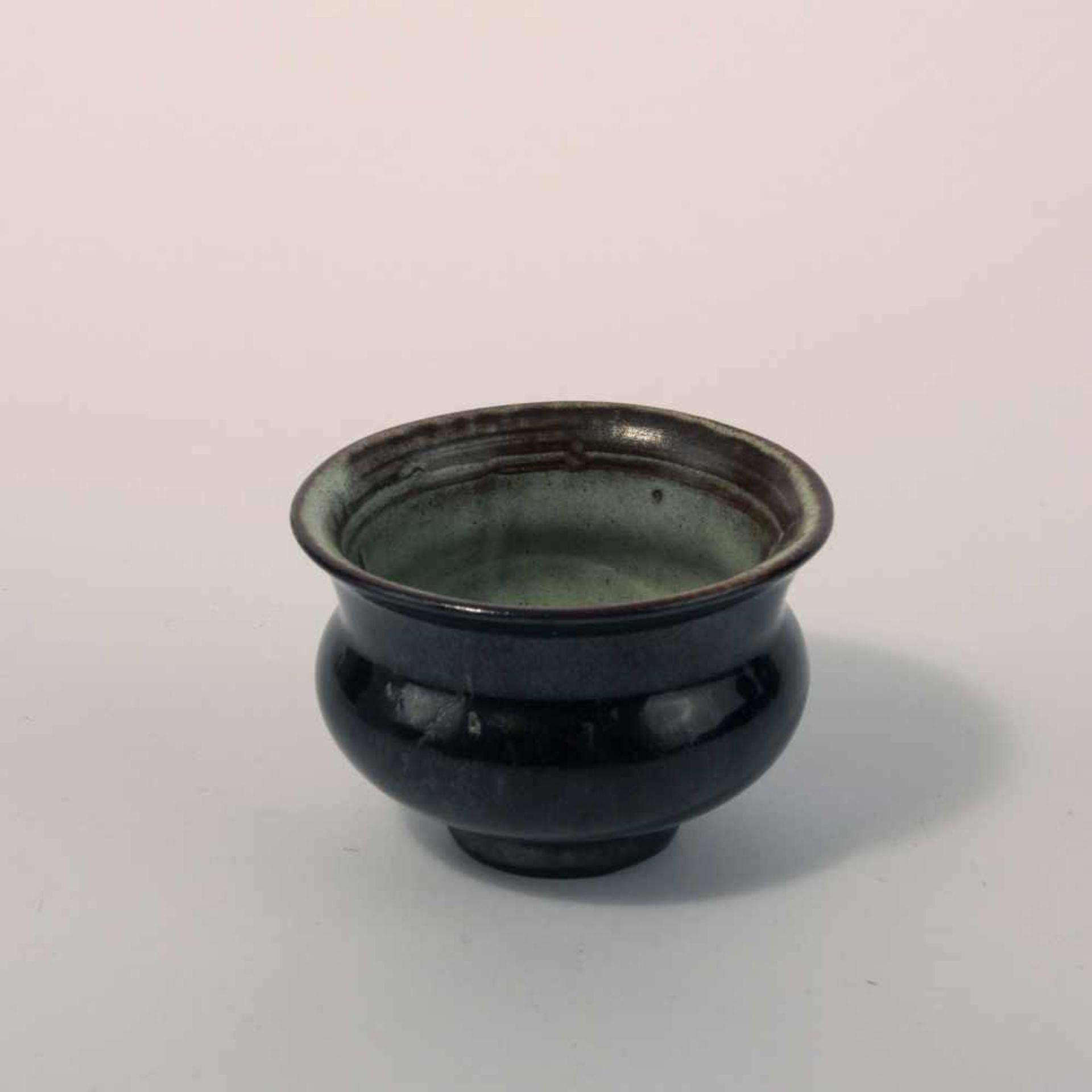 Otto Lindig Kleine Vase, um 1925 H. 6,4 cm. Majolika, dunkelbraun und alkaliweiß glasiert. Bez.: - Bild 2 aus 2