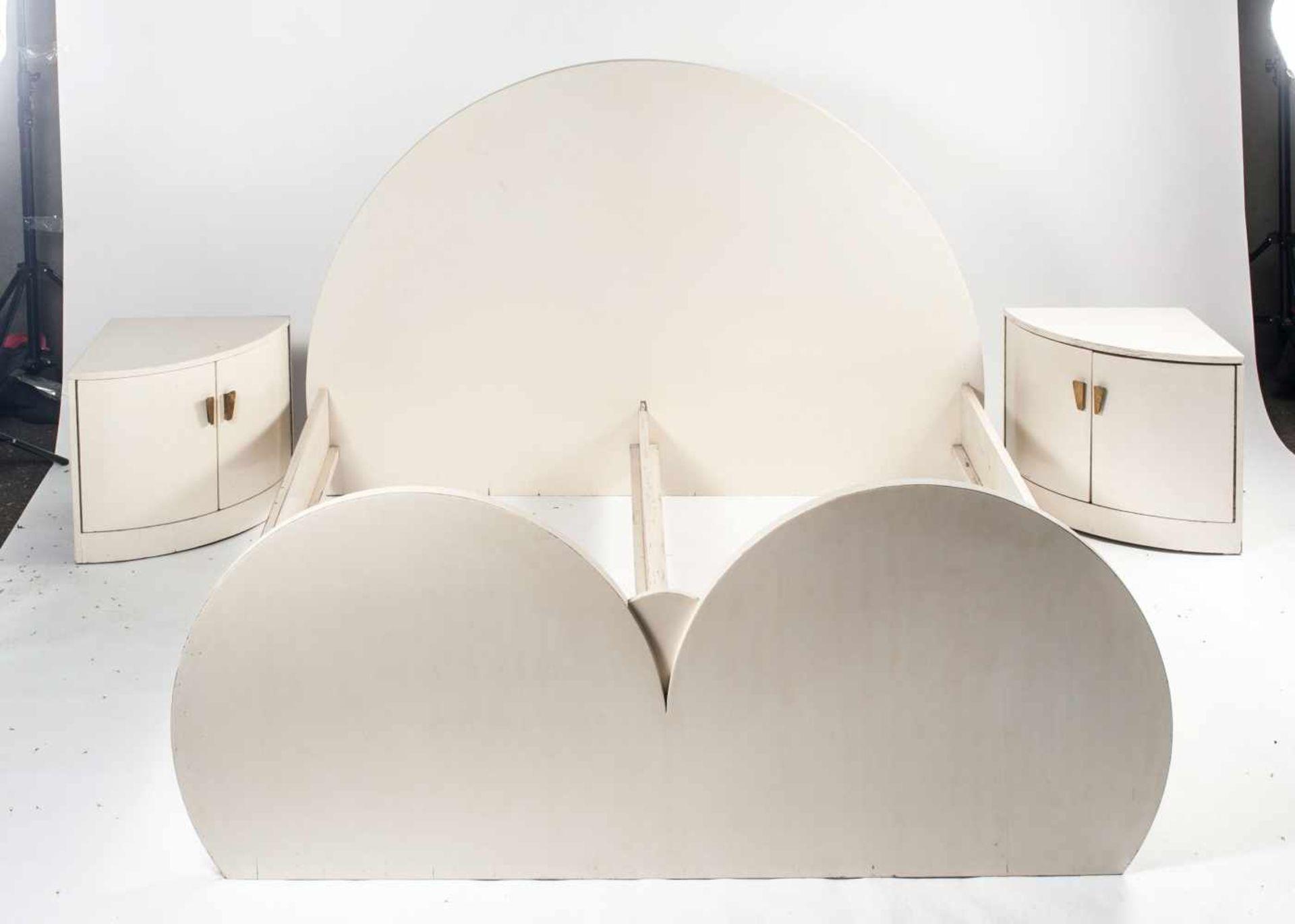 Los 23 - Peter Keler (zugeschrieben) Bett, zwei Eckschränkchen, zwei Nachttische, 1930er Jahre Nachtkästchen: