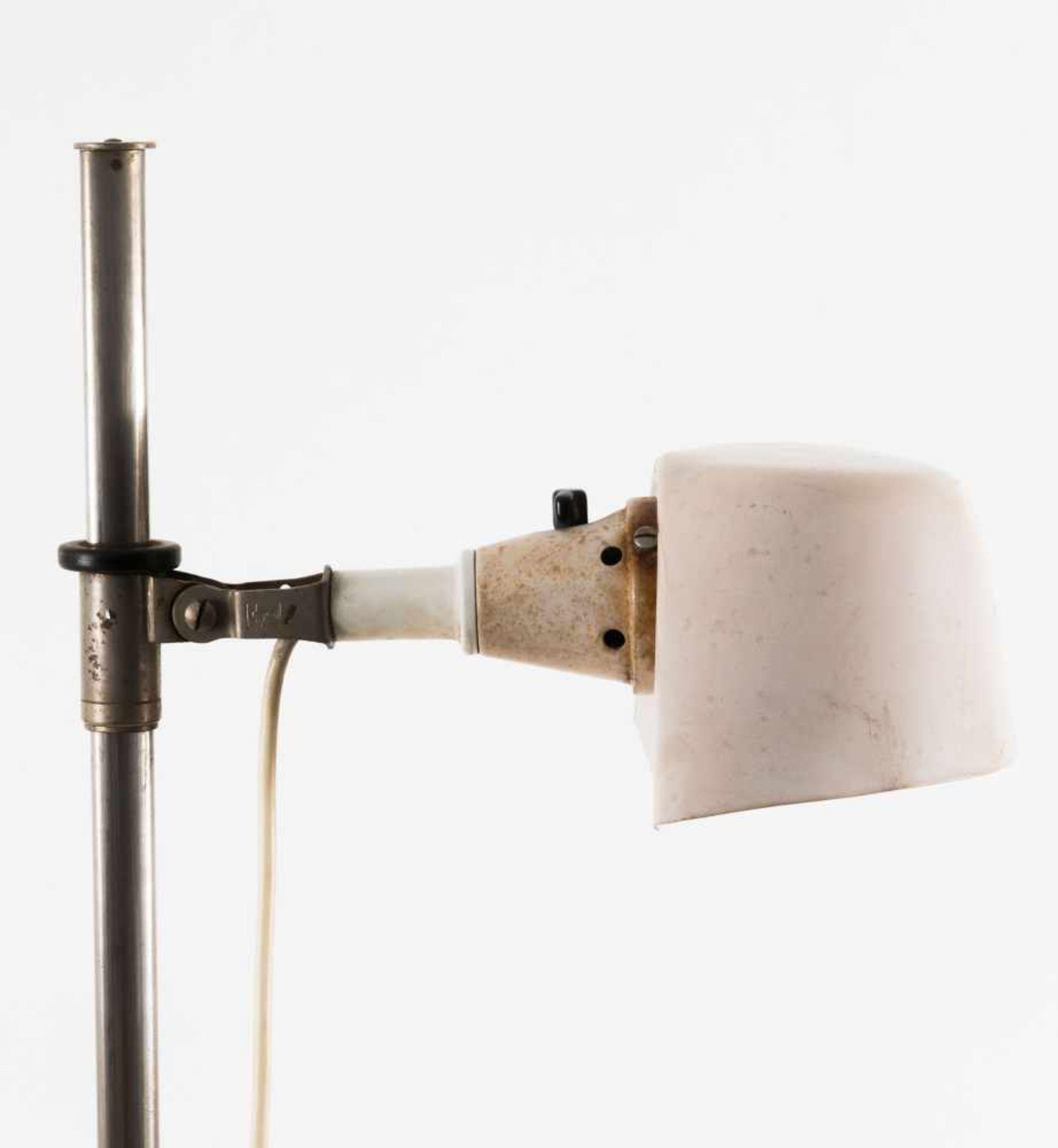 Los 54 - Curt Fischer (zugeschrieben) Stehleuchte 'Midgard', um 1930 H. 133,5 cm, Schirm: 20 x 11,5 cm.