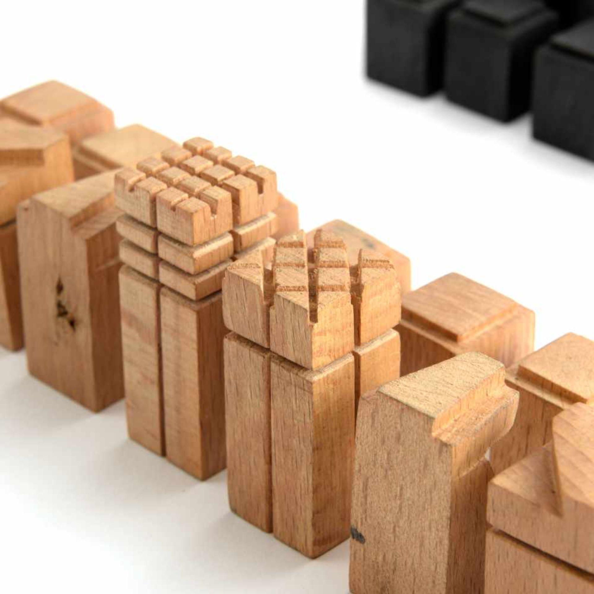 Los 15 - Deutschland. Schachspiel 'Das neue Schach', um 1925 H. 2,5-5,4 cm. Holz, natur bzw. schwarz gebeizt.