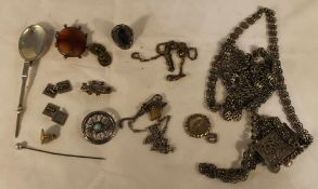 A quantity of various jewellery,