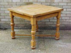 An oak drawer leaf table