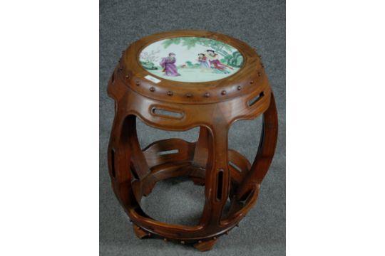 Sgabello da giardino in palissandro piano con inserto in ceramica