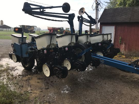 Kinze 3200 Planter 12 Row 30 Finger Meter Martin Row Cleaners