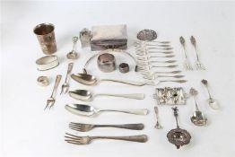 Divers zilveren gebruiksgoed, waaronder: sigarettendoos, servetring en bekertje. Gewicht: 1059.5 g.