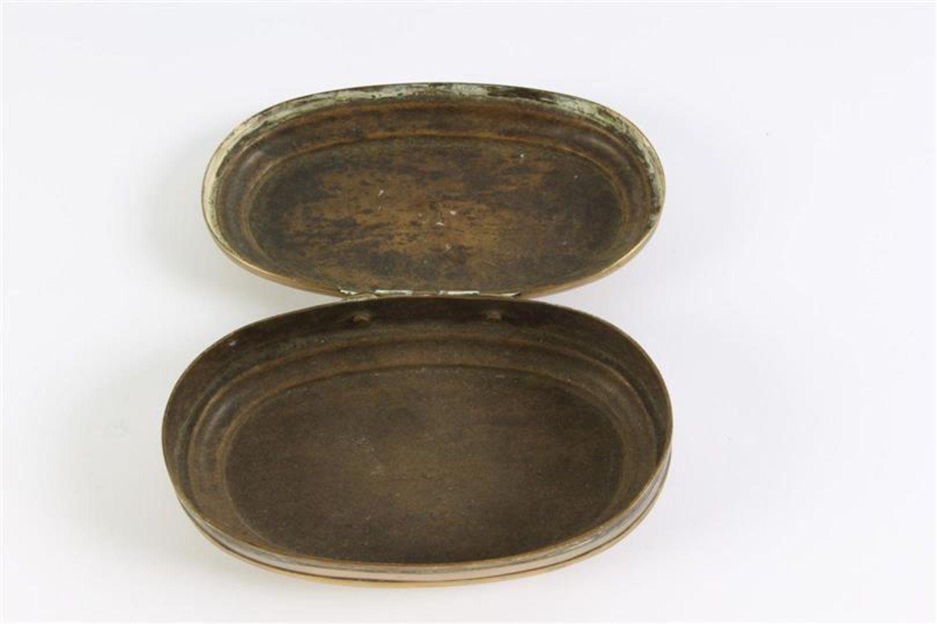 Los 50 - Geelkoperen tabaksdoos, gedateerd 1736. L: 11 cm.