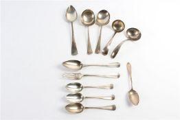 Divers zilveren bestek en dienbestek. Gewicht: 620 g.