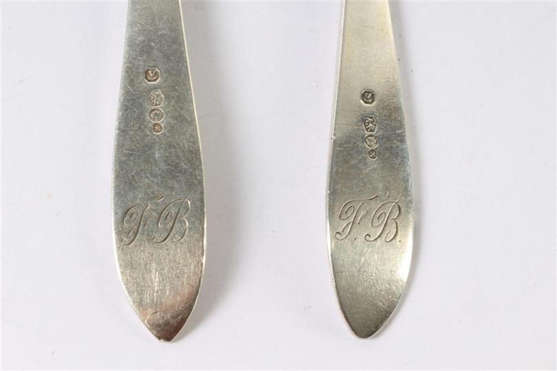 Los 60 - Zeven zilveren theelepels en een couvert, alle puntfilet. Gewicht: 150 g.