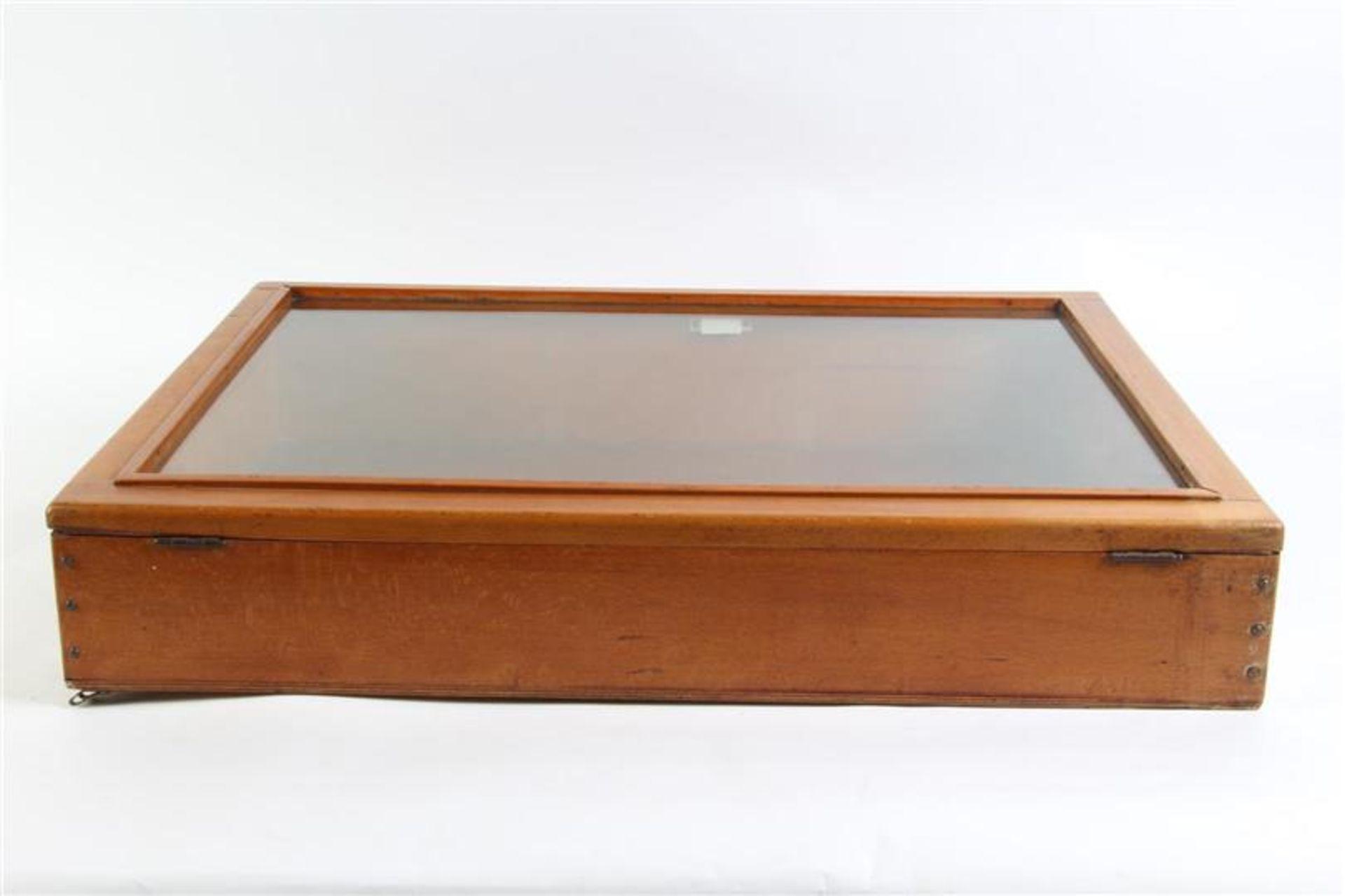 Los 3 - Toonbank vitrine. HxBxD: 13 x 76 x 54 cm.
