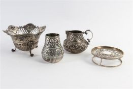 Zilveren comfoor, melkkannetje en lepelvaasje, alle Hollands gekeurd. Gewicht: 543 g.