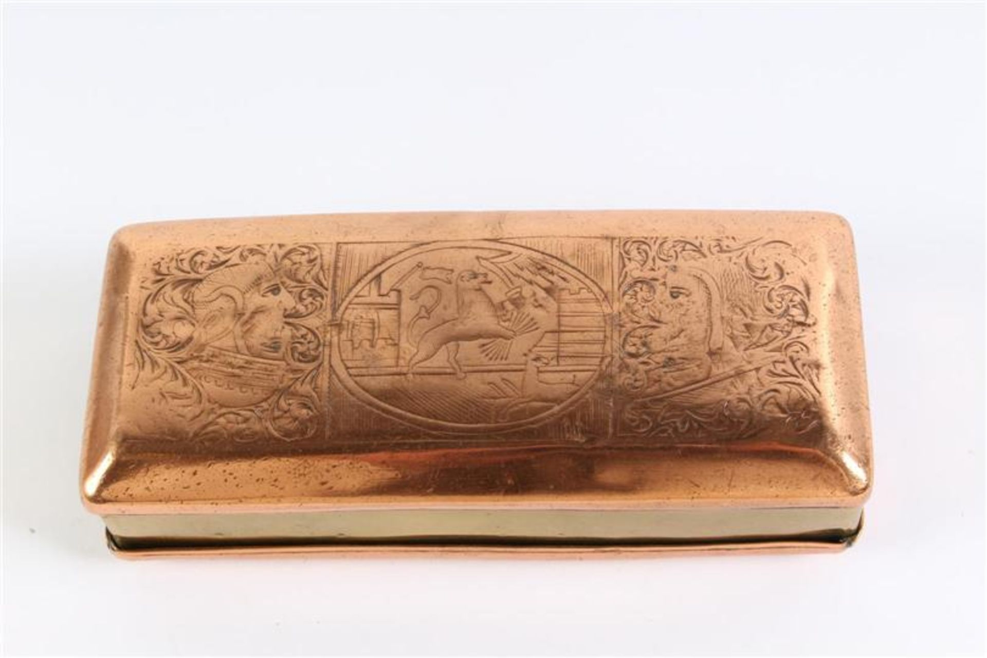 Los 27 - Geel met roodkoperen tabaksdoos met 'Hollandse leeuw' en diverse wapenschilden. L: 12.5 cm.