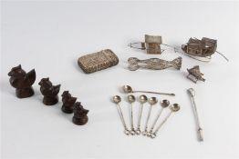 Divers Djokja w.o. miniaturen. Toegevoegd vier opiumgewichten.