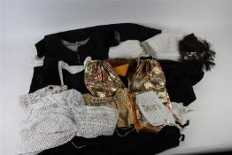 Diverse kledingstukken van de Walcherse vrouwendracht.