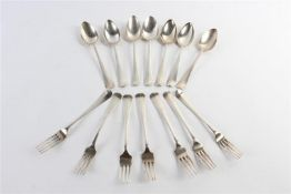 Zeven zilveren couverts, Hollands gekeurd, 2e gehalte, diverse keuren. Gewicht: 688 g.