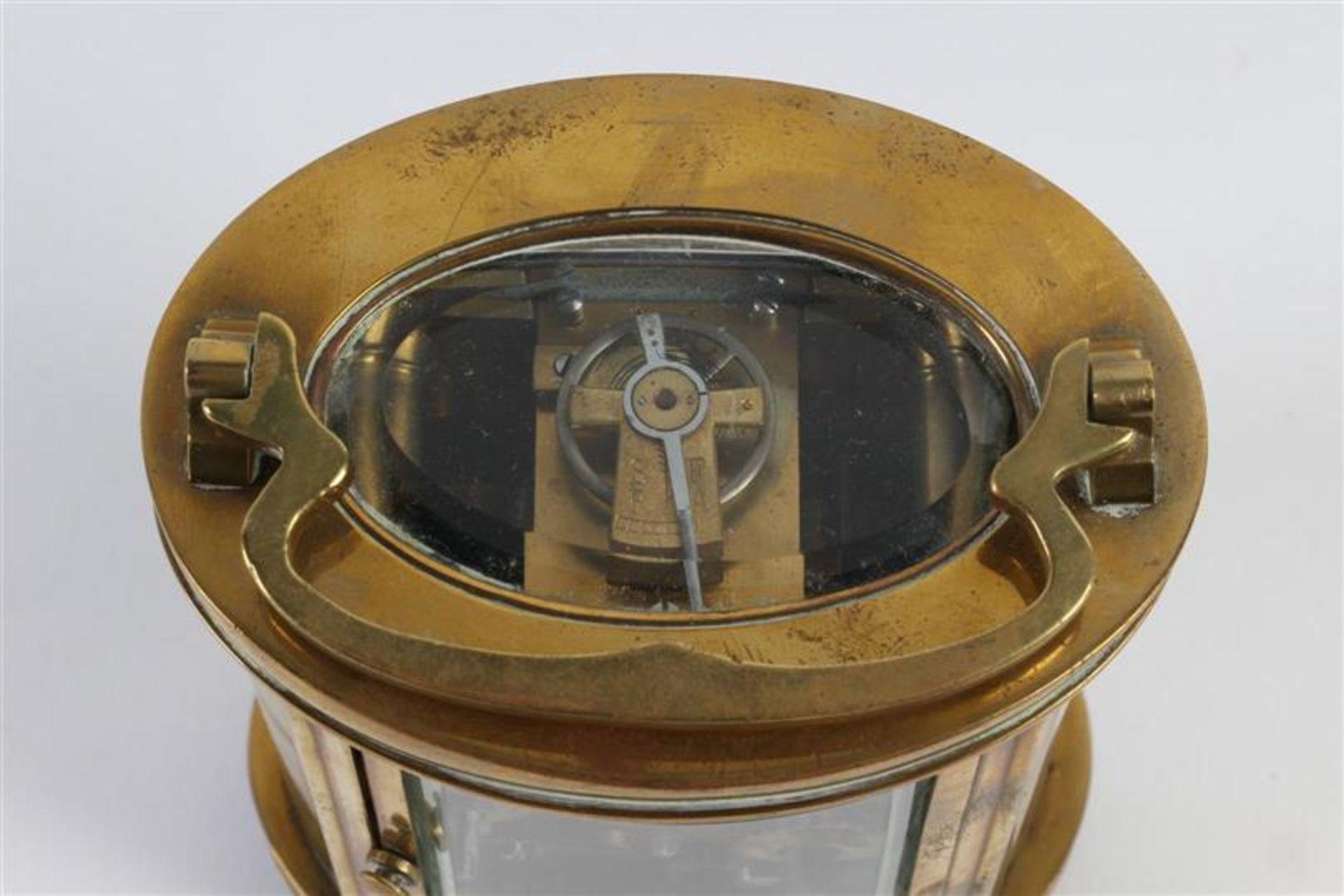 Los 25 - Ovale reiswekker. H: 12.5 cm.