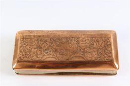 Geel met roodkoperen tabaksdoos met 'Hollandse leeuw' en diverse wapenschilden. L: 12.5 cm.