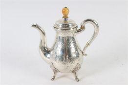 Zilveren mocca schenkkannetje, Biedermeier, 19e eeuw. H: 18 cm.