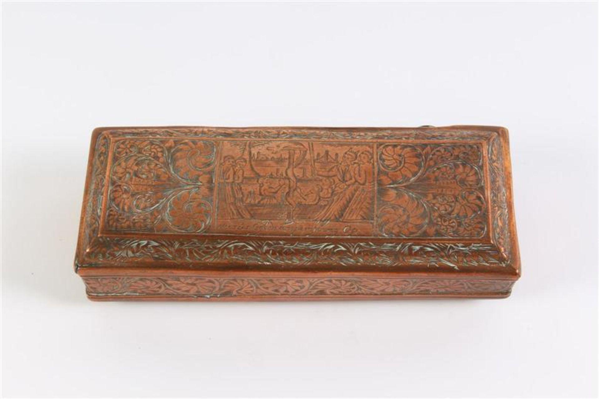 Los 43 - Roodkoperen tabaksdoos, 'goddelijke straffen'. L: 13 cm.