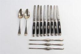 Divers zilver: drie kreefthaken, twee lepels en acht messen met ebbenhouten heften ingelegd met