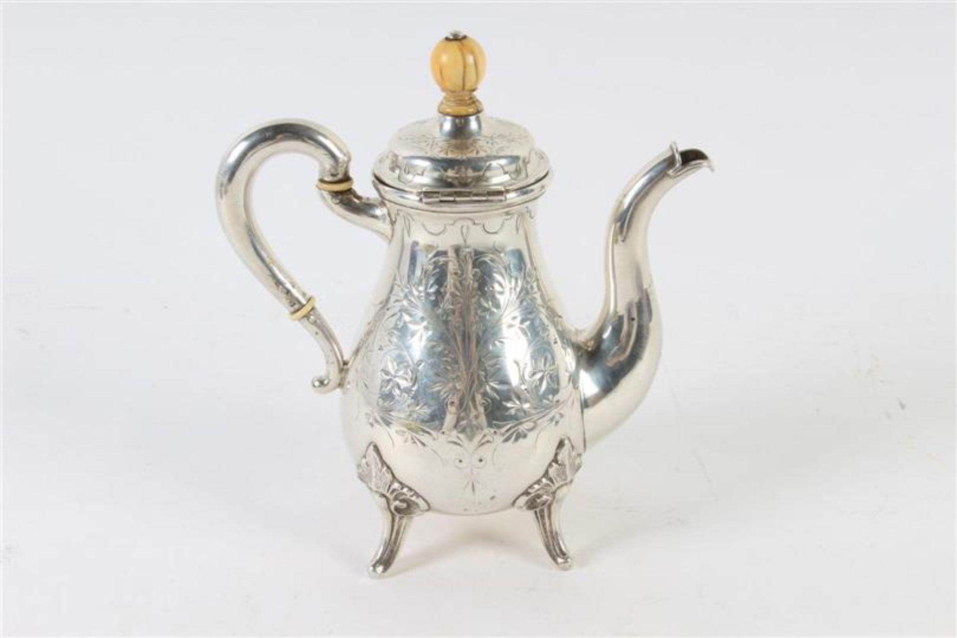 Los 21 - Zilveren mocca schenkkannetje, Biedermeier, 19e eeuw. H: 18 cm.