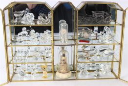 Glazen vitrinekastje met diverse miniaturen, waaronder glaskristal.