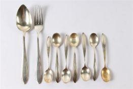 Zeven zilveren theelepels en een couvert, alle puntfilet. Gewicht: 150 g.