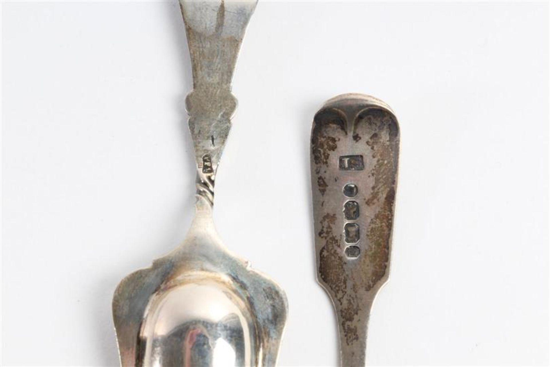 Los 53 - Vier zilveren lepels, suikerschepje, mosterdschepje en een potloodhouder. Gewicht: 74 g.