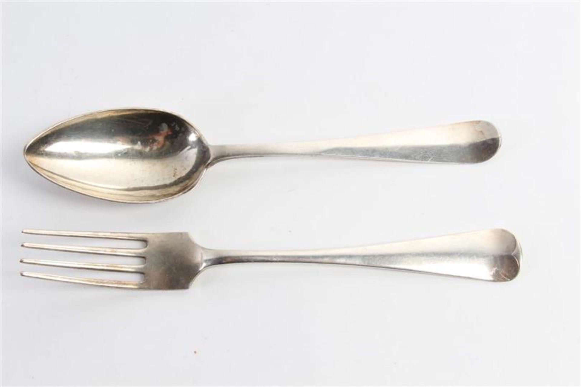 Los 51 - Zeven zilveren couverts, Hollands gekeurd, 2e gehalte, diverse keuren. Gewicht: 688 g.