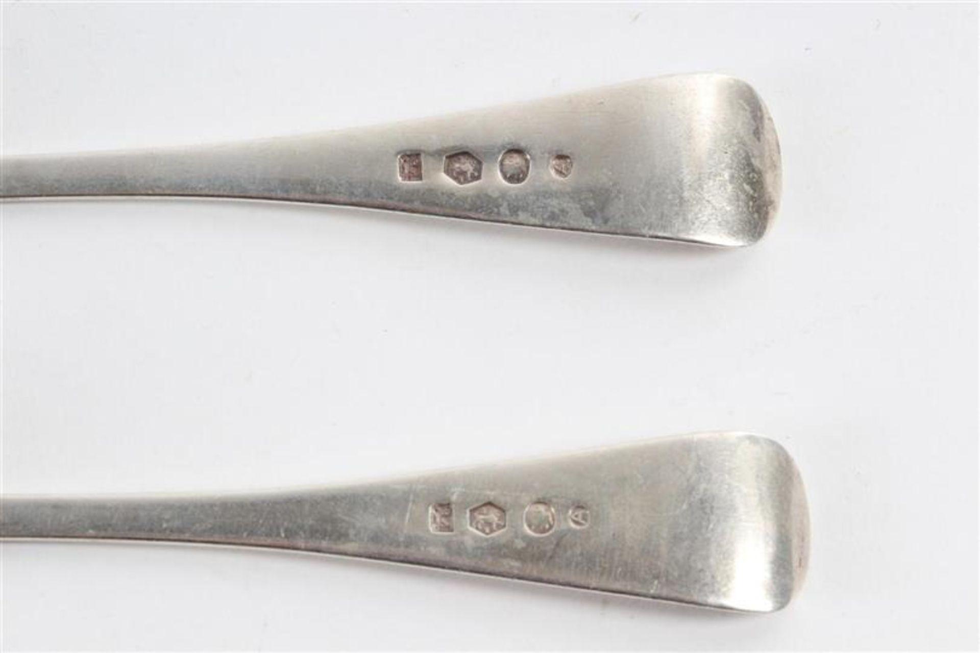 Los 32 - Divers zilver: drie kreefthaken, twee lepels en acht messen met ebbenhouten heften ingelegd met
