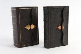 Twee bijbeltjes met gouden sluiting, één defect.