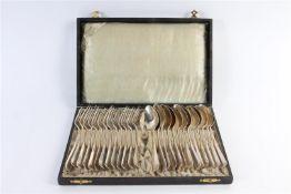 Cassette met hierin 13 zilveren vorken en lepels. Gewicht: 1418 g.