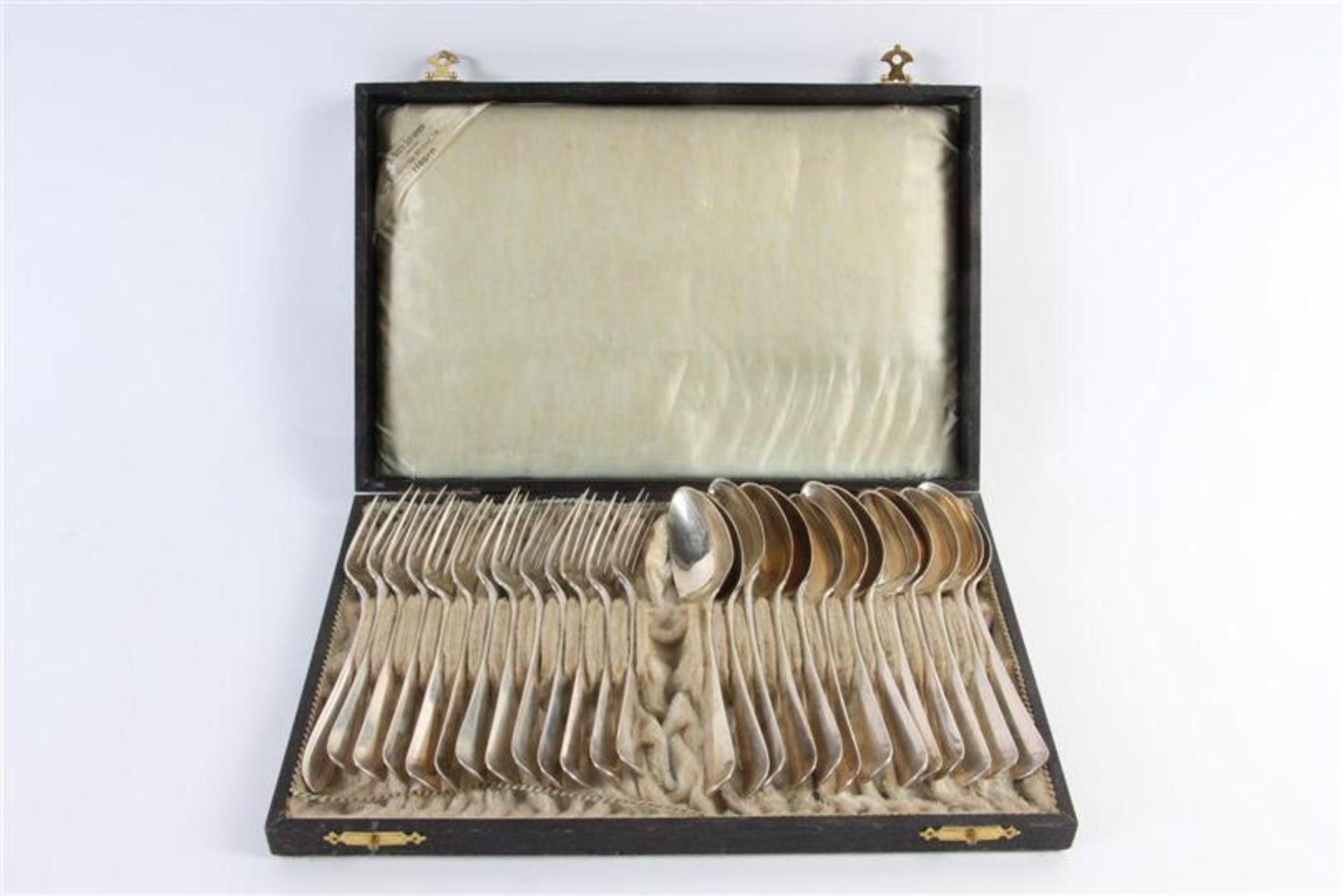Los 33 - Cassette met hierin 13 zilveren vorken en lepels. Gewicht: 1418 g.