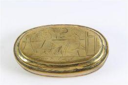 Geelkoperen tabaksdoos, gedateerd 1736. L: 11 cm.