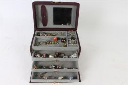 Bijouxdoos met diverse ringen, hangers en armband.
