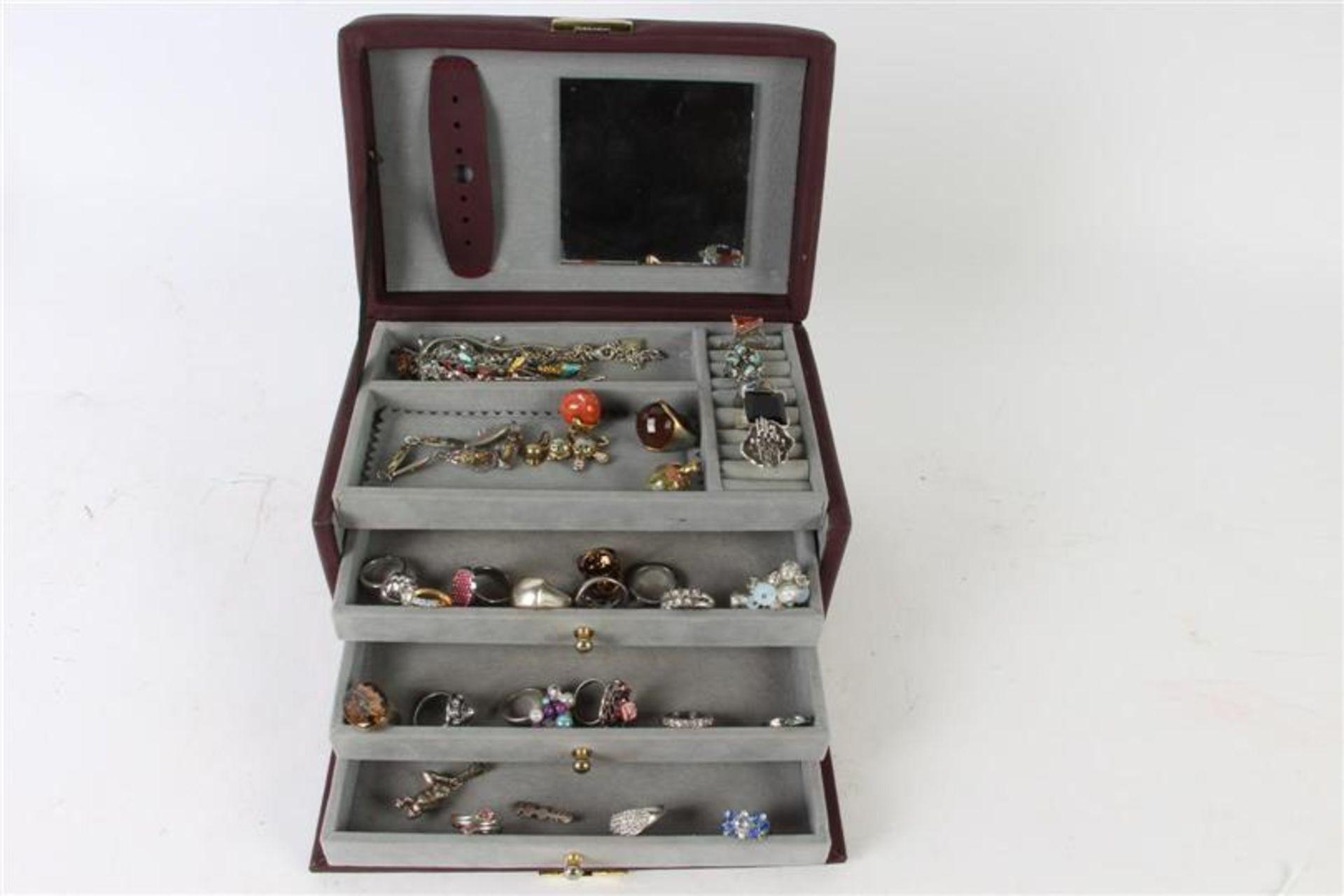 Los 36 - Bijouxdoos met diverse ringen, hangers en armband.