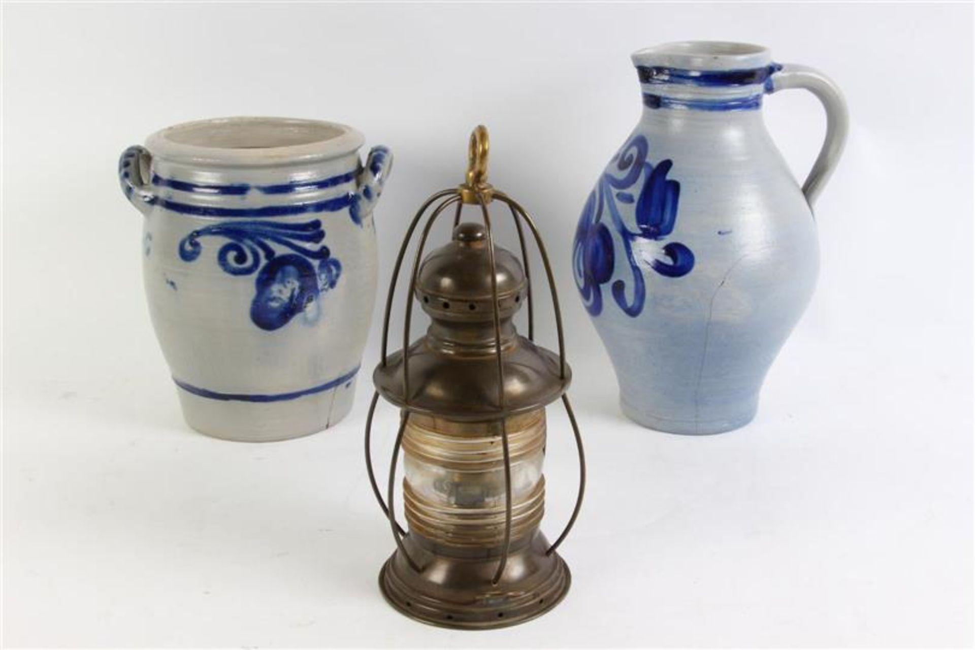 Los 5 - Diverse gebruiksgoederen, waaronder: koperen lantaarn en weegschaal.