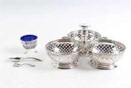 Zilveren mandje. Toegevoegd zilveren zoutvaatje met defecte binnenbak en een zoutlepeltje en een