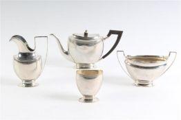 Vierdelig zilveren theeservies. Gewicht: 740 g.