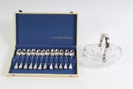 Cassette met 12 zilveren lepeltjes. Toegevoegd bonbonschaaltje met zilveren beugel. Gewicht: 158