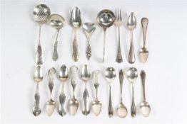 Diverse zilveren lepeltjes en schepje, 18 stuks. Gewicht: 232 g.